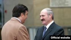 Источники газеты не исключают, что предложение присоединиться к ГУАМ будет сделано и президенту Беларуси Александру Лукашенко (справа). По информации газеты, Саакашвили (cлева) пригласил его посетить Грузию