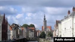Тихие набережные и улицы безмятежного города Брюгге, возможно, только что топтали башмаки убийцы