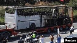 Жарылыстан зардап шеккен автобусты әкетіп барады. Бургас қаласы, 19 шілде 2012 жыл.