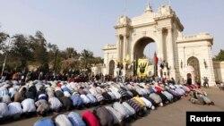 اخوان مسلمون يؤدون صلاة الجمعة (11تشرين) امام مدخل قصر القبة بالقاهرة