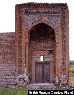 Так выглядел вход в мазолей Чашмаи-Аюб до кражи бирюзовой плитки. Фото Британского музея.