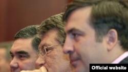 Саакашвили и Ющенко считаются приверженцами западной либеральной модели, и в друзья к авторитарным лидерам их заставляет записываться прагматизм
