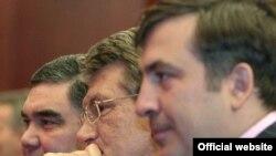 Mihail Saakaşwili (sagda), Wiktor Ýuşenko (ortada) we Gurbanguly Berdimuhamedow, Aşgabat, 14-nji fewral, 2007-nji ýyl.