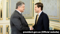 Ukrainian President Petro Poroshenko (left) meets with U.S. Assistant Secretary of State for European and Eurasian Affairs Wess Mitchell in Kyiv on May 2.