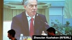 Экран показывает выступающего бывшего премьер-министра Великобритании Тони Блэра на Совете иностранных инвесторов. Астана, 18 мая 2011 года.