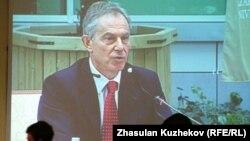 Ұлыбританияның бұрынғы премьер-министрі Тони Блэр шетел инвесторлары кеңесінің мәжілісіне қатысып отыр. Астана, 18 мамыр 2011 ж.