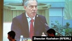 Бывший британский премьер-министр Тони Блэр выступает на Совете иностранных инвесторов Казахстана. Фото с монитора. Астана, 18 мая 2011 года.