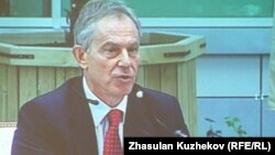 Тони Блэр Астанадағы шетелдік инвесторлар кеңесінде сөйлеп отыр. 18 мамыр 2011 жыл.