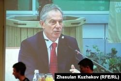 Ұлыбританияның бұрынғы премьер-министрі Тони Блэр шетелдік инвестор кеңесінде сөйлеп отыр. Астана, 18 мамыр 2011 жыл.