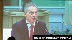 Ұлыбританияның бұрынғы премьер-министрі Тони Блэр Қазақсан президенті жанындағы шетелдік инвесторлар кеңесінде сөйлеп отыр. Астана, 18 мамыр 2011 жыл.