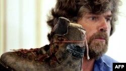 Райнхолд Меснер показва една от обувките на брат си Гюнтер