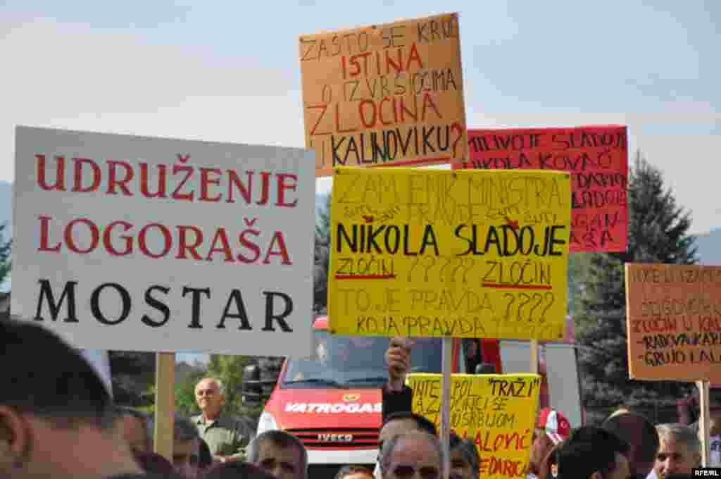 Bosnia and Herzegovina - Sarajevo,peacefull protest in front of the UN headquarters, against the announced reductions of the indictment against former Bosnian Serb leader Radovan Karadzic,16Sep2009 - Bosnia and Herzegovina - Sarajevo,peacefull protest in front of the UN headquarters, against the announced reductions of the indictment against former Bosnian Serb leader Radovan Karadzic,16Sep2009. Photo: Midhat Poturovic