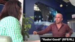 Журналист Радио Озоди беседует с Орзу Исоевым