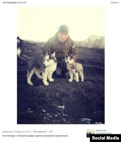 Фотография одного из сослуживцев Бато Добмаева с тем же щенком (справа) на полигоне Кузьминский, Ростовская область