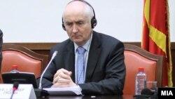 Aмбасадорот на Ирска во Романија Оливер Гроган на Седница на собраниската Комисија за европски прашања во македонското Собрание.