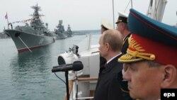 Ղրիմ - Ռուսաստանի նախագահ Վլադիմիր Պուտինը Սևաստոպոլում ընդունում է Սևծովյան նավատորմի զորահանդեսը՝ նվիրված Մեծ հայրենականում հաղթանակի 69-ամյակին, 9-ը մայիսի, 2014թ․
