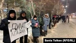 Собравшиеся почтить память активиста Дулата Агадила, о смерти которого в следственной тюрьме менее чем через сутки после его задержания вечером дома сообщила полиция. Нур-Султан, 25 февраля 2020 года.