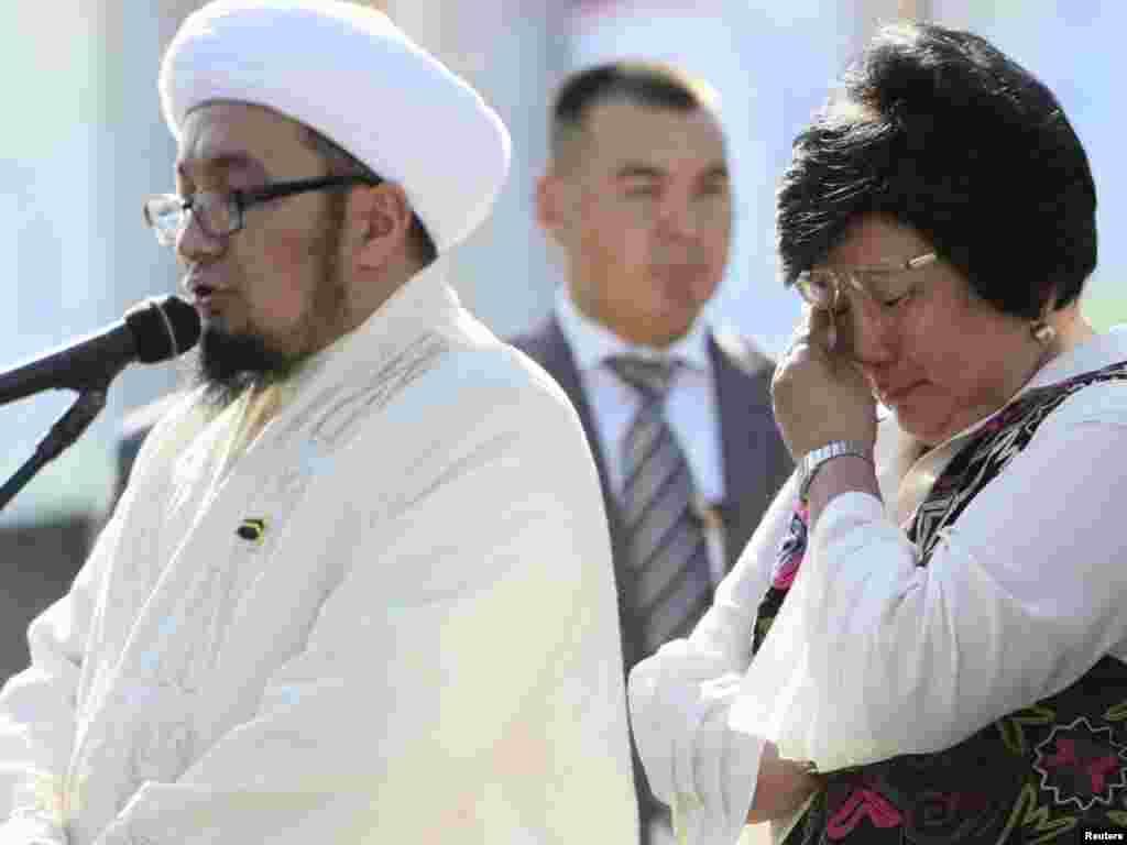 Роза Отунбаева прослезилась на поминальной церемонии памяти героев 7 апреля, Бишкек 31 августа 2011.