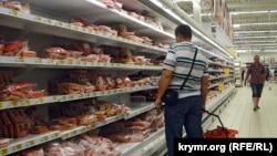 В супермаркете Auchan в Симферополе, в аннексированном Россией Крыму. 15 сентября 2015 года.
