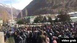 Билікке талаптарын айтып жиналған наразы тұрғындар. Хорог, Таулы Бадахшан автономиялық облысы, Тәжікстан, 6 қараша 2018 жыл.