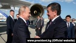 Бишкекке келген Владимир Путинди аэропорттон Сооронбай Жээнбеков тосуп алган. 13-июнь, 2019-жыл.