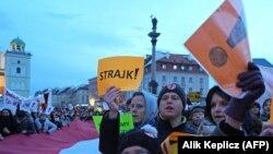 «Страйк!» - полякча иш таштоо дегенди билдирет. Варшавада акция өткөргөн мугалимдер.