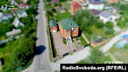 Саме тут наразі мешкає Олександр Омельчук, але цього будинку немає в його декларації