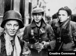 Юные участники Варшавского восстания, 1944 год