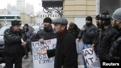 Акция протеста у посольства Таджикистана в России. Активисты требуют соблюдения прав трудовых мигрантов из Центральной Азии. Москва, 20 декабря 2011 года.