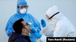 Ekzaminim mjekësor ndaj një personi në Itali (foto arkiv).