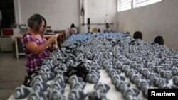 Braziliyada maska istehsalı, arxiv fotosu