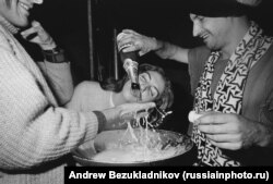 Young Russians guzzling champagne in the heady final days of the Soviet Union. Photo by Andrew Bezukladnikov/Russiainphoto.ru