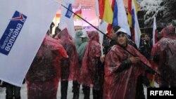 Еще до начала мероприятия неожиданно пришла большая группа людей с флагами политической партии Анатолия Бибилова во главе со своим лидером. Они заняли центровые места перед объективами фото- и телекамер