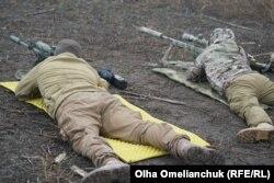 В зоне ООС инструктор готовит бойцов на специальных полигонах. Чтобы не потерять сноровку, снайпер должен тренироваться минимум дважды в неделю
