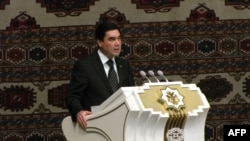 Prezident Gurbanguly Berdimuhamedow Ýaşulular maslahatynda söz sözleýär. Daşoguz, 23-nji oktýabr, 2013.