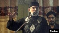 Исламскиот свештеник Мухамед Тахир-ул-Кадри зборува на протестите во Исламабад.