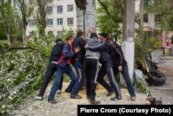 Пророссийские сепаратисты создают блокаду из стволов деревьев, Славянск