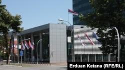 I na dan 21. godišnjice genocida u Srebrenici, zastave ispred zgrade Vlade Republike Srpske nisu spuštene na pola koplja, Banja Luka, 11. juli 2016.