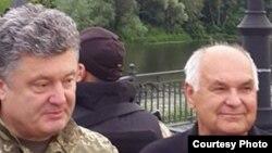 Петро Порошенко (ліворуч) під Слов'янськом. Фото зі сторінки Арсена Авакова у Facebook