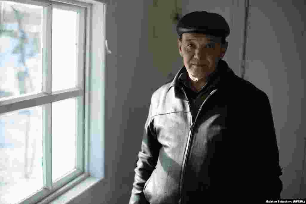 Еркинжан Алтыбасаров живет с внучкой и правнуком. Говорит, что оба безработные.
