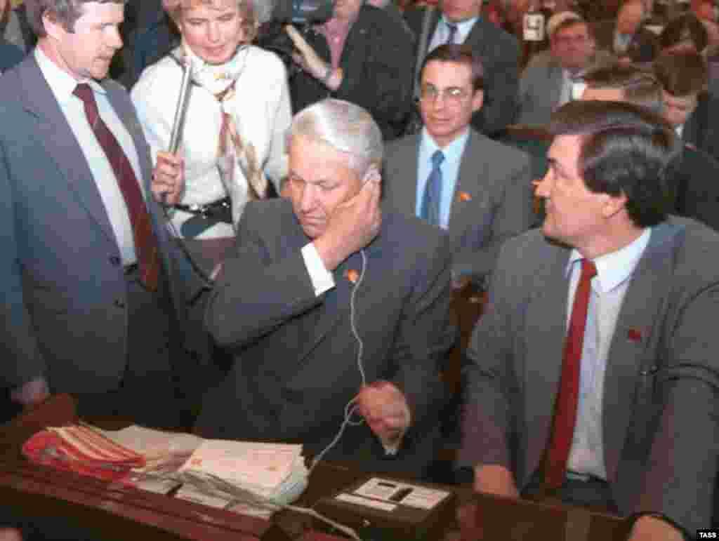 Борис Єльцин слухає повідомлення рахункової комісії про власне обрання на посаду головою Верховної ради РРФСР, 29 травня 1990 року