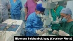 Израилден келген көз догдурлар операция учурунда