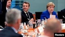 Еманюел Макрон и Ангела Меркел са на различни мнения затова как да бъде избран председател на ЕК