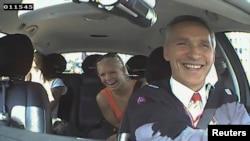 Նորվեգիա - Յենս Ստոլտենբերգը և նրան ճանաչած ուղևորները ծիծաղում են վարչապետի վարած մեքենայում, Օսլո, 11-ը օգոստոսի, 2013թ․