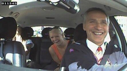 Arxiv fotosu. Norveçin Baş naziri taksi sürücülüyü edərək edərək əhalinin onun hökuməti haqqında rəyini birbaşa özü eşitmək istəyir. 11 avqust 2013.