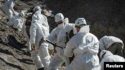 Փրկարարներն աշխատում են ինքնաթիռի կործանման վայրում, ապրիլ, 2013թ.