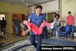 Юным актерам помогают занять места перед началом съемок очередной сцены фильма «Безграничные возможности». Алматы, 9 июня 2017 года.