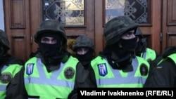 Киев. Полиция заблокировала вход в бывший Октябрьский концертный зал.
