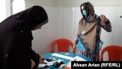 یک خانم در یکی از مراکز رایگیری در ولایت پکتیا. September 28 2019