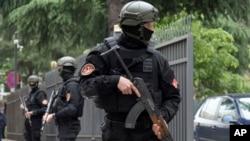 Ofițeri de poliție muntenegrini la intrarea în Tribunalul del a Podgorica, Muntenegru, 9 mai 2019